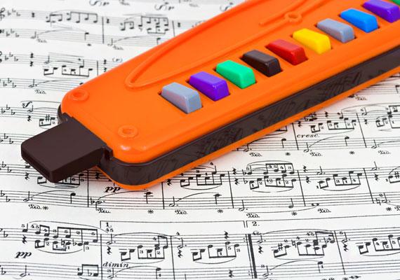 Sok kis önjelölt zenész gyakorolt ilyen hangszeren. Vegyél egy hasonlót a gyerkőcnek - lehet, hogy nem lesz belőle Louis Armstrong, de még csak magyar popsztár sem, viszont örömet szerezhetsz neki.
