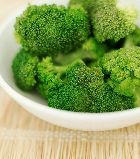 BrokkoliA brokkoli számos értékes tápanyagot hordoz, ráadásul a többi káposztafélénél könnyebben emészthető formában. Remek káliumforrás, emellett vasat, cinket, magnéziumot és foszfort is tartalmaz.