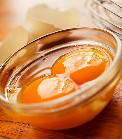 Tojás  A tojást elsősorban fehérjeforrásként tartjuk számon, hiszen esszenciális aminosavakat tartalmaz, melyek szükségesek a szervezet működéséhez. Ám jelentős vitamintartalommal is dicsekedhet, így - ha csak nem tojásérzékeny -, kerüljön bele a gyerek étrendjébe.