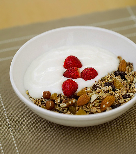 Joghurt  Ha szeretnéd, hogy a csemetét immunrendszere kifogástalanul működjön, akkor támogasd meg naponta joghurttal a bélflóráját, így megnövelheted az ellenálló képességét a fertőzésekkel szemben, ráadásul ez a tejtermék fehérje- és kalciumforrásnak is kiváló.