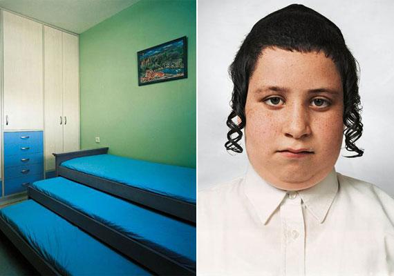 A kilencéves Tzvika az izraeli Beitar Illitben lakik, egy ortodox kommuna tagja. Egy-egy családban átlagosan kilenc gyerek születik, a kislánynak azonban csak három testvére van - velük lakik ebben az erősen funkcionális helyiségben.