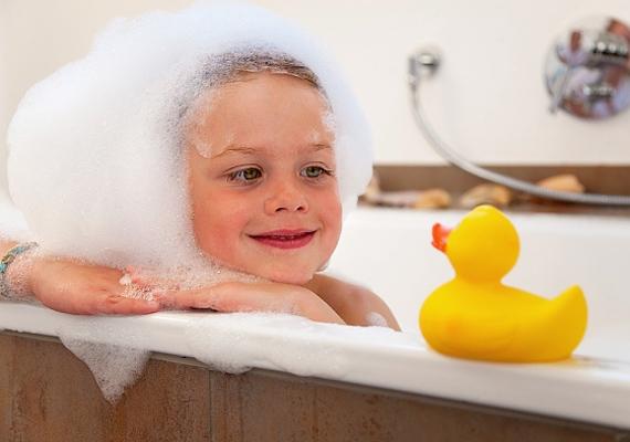 Egy meleg gyógyfürdő csodákra képes. Keverj kevés levendula- és borsmenta-illóolajat a vízbe, és hagyd ázni benne a lurkót 15-20 percig.
