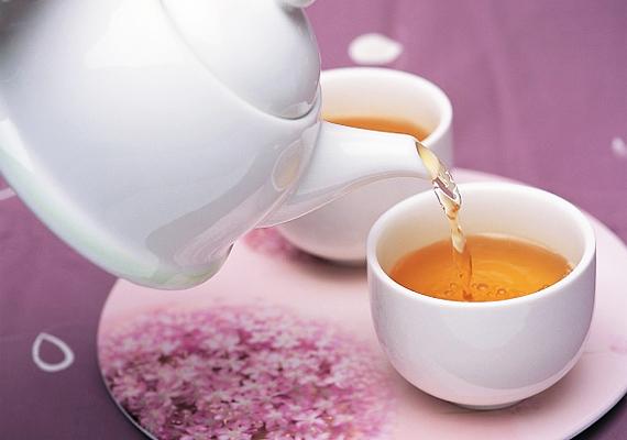A különböző gyógyteák erősítik az immunrendszert, ráadásul a meleg kifejezetten jót tesz megfázás esetén. A hársfa, a csipkebogyó és a menta a legjobbak.
