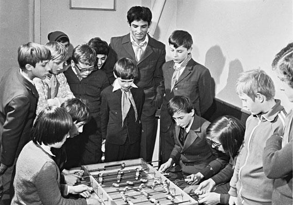 Az úttörőmozgalomban számos programot szerveztek, sokat közülük élveztek is a gyerekek, akik gond nélkül át tudtak lépni az ideológiai vonatkozáson. A kép a faddi művelődési házban készült.