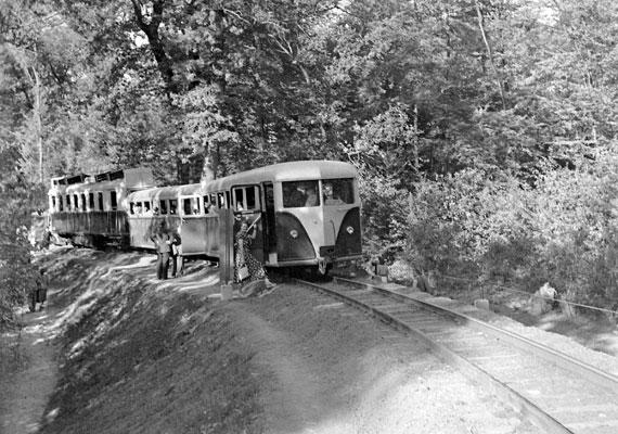 Az akkori gyerekek nagy része legalább egyszer utazott az Úttörővasúton. A szolgálati beosztások többségét szintén gyerkőcök látták el, felnőtt felügyelettel.