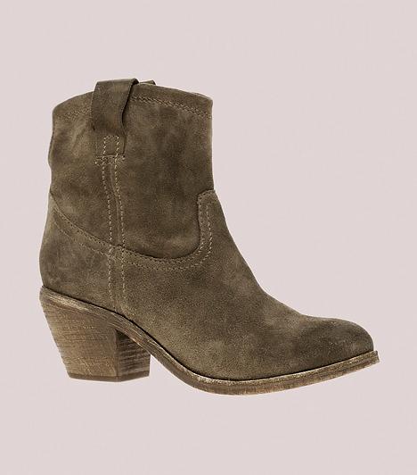 Western stílusú darabok                         Ha vastag a bokád vagy gyakran vizesedik a lábad, az újra divatos western stílusú csizmák lehetnek előnyösek számodra, mert általában nem annyira feszes a száruk, hogy kihangsúlyozzák a széles vádlit, mégis elegendő tartást biztosítanak a bokaizomzatnak. Ráadásul az idei változatoknak már nem túl hegyes az orra, így sokkal csinosabbak, és nem nyomják össze a lábujjaidat. Az enyhén magasított kockasarok stabilitást ad, megnyújtja a virgácsaid hosszát, illetve segít a súlyelosztásban. A kreációk elengedhetetlen stílusjegye a két kis fogantyú a szárakon, melyekkel könnyebben felhúzhatod a lábbelidet.