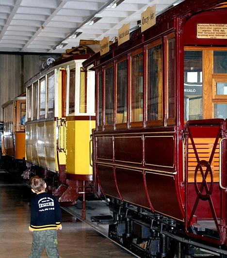 Közlekedési Múzeum  A kisfiúk számára nincs is nagyobb öröm, mint ellátogatni a legkülönfélébb járművekkel zsúfolt Közlekedési Múzeumba. Ha feljethetetlen élményt szeretnél gyermeked számára szerezni, itt a remek lehetőség!