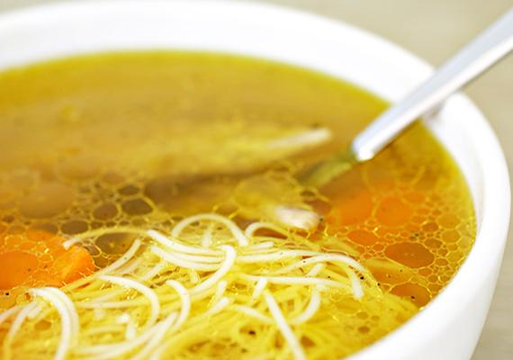 A forró húsleves már önmagában jótékony hatású, a benne lévő zöldségek pedig vitamintartalmuk révén segítik az immunrendszer munkáját.