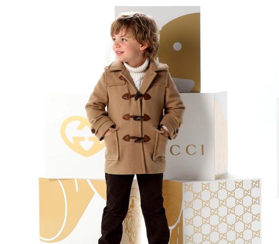 A különleges gombmegoldás a kisfiúknak készült modelleken is visszaköszön - persze a legénykéknek már a komolyabb színek állnak jól.
