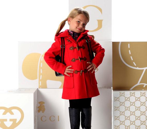 A piros kabátot gombmegoldása teszi egyedivé - kislányod garantáltan nem szürkül majd bele a tömegbe.