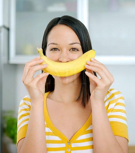Banán                         Ha kevés húst eszel, a banánnal pótolhatod a fehérjeszükségleted egy részét. Arra is jó, hogy feltöltsd a szervezeted magnéziummal, folsavval amikre mindkettőtöknek nagy szüksége van a kilenc hónap során. Ha tejjel banánturmixot készítesz, kalciumban gazdag fehérjebombát nyerhetsz.