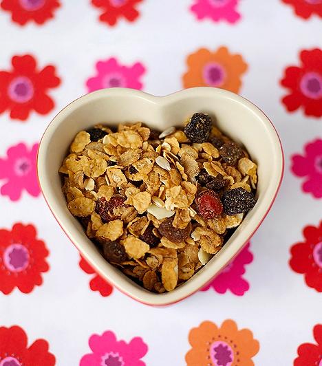Mazsolás zabpehely  A természetes alapanyagú, teljes kiőrlésű zabpehely - amely nem tartalmaz cukros ízesítőket -, a növényi rostok miatt értékes táplálék. Segítheti az emésztésed a terhesség során, valamint a telítő hatása miatt megakadályozhatja, hogy habzsolj a kívánós időszakban. A vörös szőlőből készült mazsola antioxidáns hatással bír, valamint E-vitamint, K-vitamint, folsavat, foszfort, káliumot, kalciumot és vasat tartalmaz, melyek nélkülözhetetlen tápanyagok a magzat fejlődéséhez.