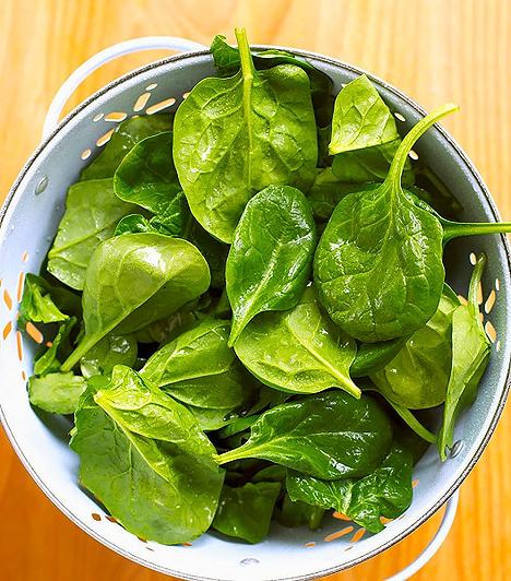 Spenót  A spenót maga az éltető energia, ezt Popeye is jól tudja. Számos vitamin forrása, de olyan nyomelemeket is tartalmaz, melyek elősegítik azok felszívódását. Megtalálhatók benne: K-vitamin, A-vitamin, C-vitamin, B2- és B6-vitamin, E-vitamin, foszfor, cink, folsav, réz, mangán, kalcium, kálium és magnézium, valamint növényi fehérjék és rostok. Kiemelkedően támogatja a csontképzést, illetve erős antioxidáns tulajdonságával védelmet nyújt neked és a magzatnak.