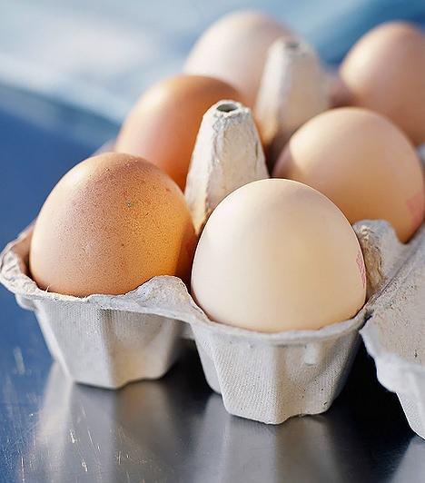 Tojás  A tojásról sokan csak annyit tudnak, hogy gazdag fehérjeforrás, ezért legtöbbször alulértékelik a fontosságát. Pedig komplett B-vitamin állománnyal bír, illetve a ritka D-vitamint is tartalmazza, akár a tej. A D-vitamin-tartalék nagyon fontos a várandósság alatt, mert a kalciummal együtt a baba csontjainak fejlődését szolgálja. Mindezeken kívül a tojássárgája cinkben, foszforban, vasban bővelkedik, de az értékes zsírsavak is jelen vannak benne.