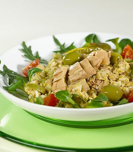 Tonhal  A szív- és érrendszer egészségéhez nagyon fontos az omega-3 zsírsav, mely megtalálható a tonhalban. Általában sokkal több omega-6 zsírsavhoz jut a szervezet, mint omega-3-hoz. Ha felborul ez az értékarány, megnő a gyulladásos és krónikus betegségek kialakulásának kockázata. A tonhal remek proteinforrásként is ismert, valamint B1-, B3-, B6-vitamint, szelént és magnéziumot tartalmaz.