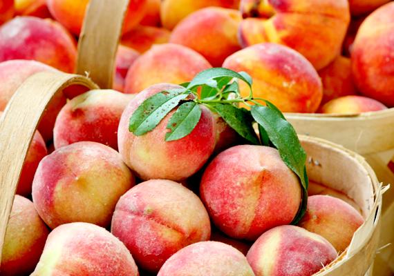 Az őszibarackban a C-vitamin mellett sok más biológiailag aktív tápanyag van, amelyek jótékony hatással vannak az agyműködésre. Mindemellett gyümölcscukorban is bővelkedik - kellemes íze révén a nass is kiváltható vele. Készíthetsz belőle például gyümölcssalátát.