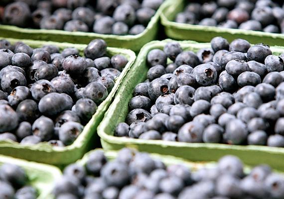 Az áfonya is tele van antioxidánssal, ami igencsak jót tesz az agyműködésnek. Bár nem olcsó gyümölcs, most, hogy szezonja van, lepd meg vele néhányszor a kicsit.