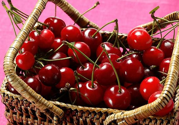 Mindez a meggyről is elmondható - ráadásul ez az egyébként fanyar ízű gyümölcs ilyenkor már édesebb, így az apróságok is szívesen fogyasztják.