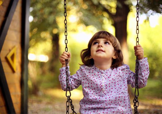 Ha gyermeked tekintetét váratlanul odavonzza valami, csodálattal és mosolyogva figyel, pedig te nem látsz ott semmi érdekeset, egyáltalán nem biztos, hogy csupán a fantáziája élénk - talán angyal is lehet a dologban.