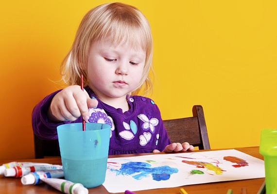 A gyerekrajzok rendkívül árulkodóak a gyerekek lelkiállapotára nézvést, mindemellett mesélnek mindennapjaikról, az általuk látottakról, amiket szavakba önteni nem mindig tudnak. Ha a kicsi rajzain rendszeresen van egy alak, akinek a kiléte számotokra rejtély, akár angyalt is ábrázolhat.