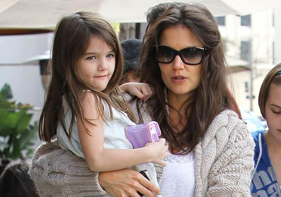 Suri egyre jobban hasonlít gyönyörű anyukájára, Katie Holmesra. Igaz, nyomokban felfedezhető az arcvonásaiban apukája sármja is.