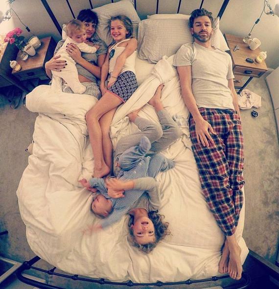 Csak én, vagy minden férfi megtanul egy pár centis helyen aludni az ágy szélén? Állandóan az elkülönített férfizónában találom magam...