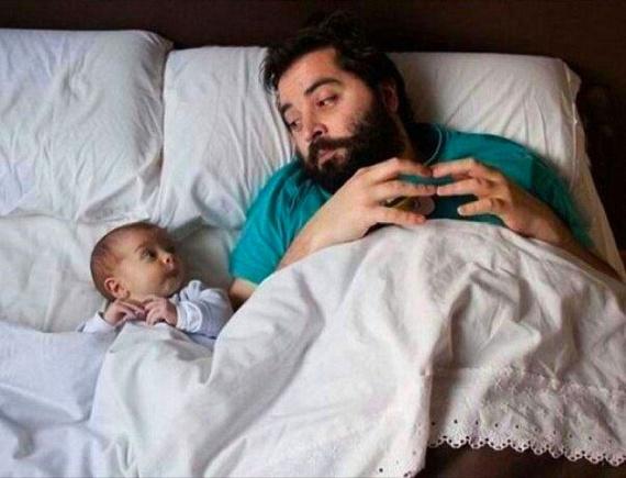 Ártatlan arcocska, ugyanaz a mozdulat: egyértelmű, hogy apa a példakép.