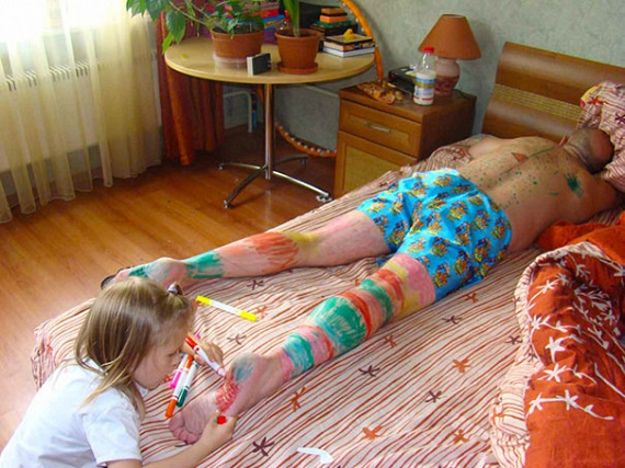 Nem baj, ha apa alszik, legalább nyugodtan lehet rajzolni rá - legalábbis amíg van szabad hely.