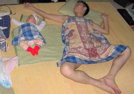 Művészi alvópóz kreáció apukától és kisbabájától.