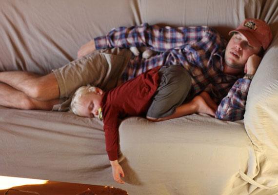 Nemcsak ugyanolyan, de forradalmian új pózban is muris együtt aludni.
