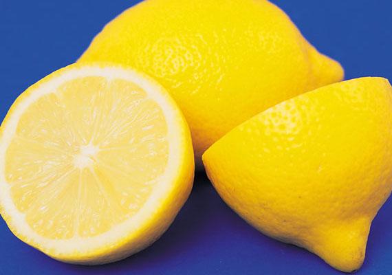 Itt a hűvös idő, ilyenkor sok-sok citromos tea fogyhat, ám a túl sok citromlé a fogakban saveróziót okozhat, vagyis rontja azok zománcának, tehát védőpajzsának állapotát, ami fogromláshoz vezethet. A tea után érdemes egy kis tiszta vízzel öblögetni a gyereknek, hogy a fogairól, amennyire lehet, jöjjön le a citromlé, de ne mosasd meg a fogát azonnal, mert azzal a fellazult zománc még jobban megsérülhet.