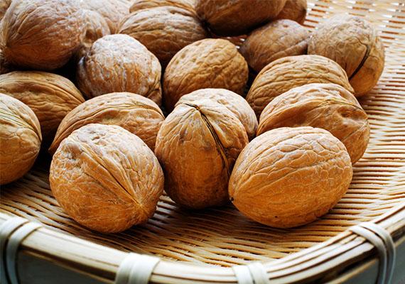 Ha ősz, akkor dió. A diónak számos egészségre gyakorolt jótékony hatása van, mert E-vitaminban, omega-3-ban és ásványi anyagokban gazdag, de ne feledd, hogy egy allergén gyümölcsről van szó. Légy óvatos vele, amikor gyermekeddel először kóstoltatod meg, ugyanis allergiás lehet rá. Adj először csak egy keveset próbaképp, és figyeld a reakcióit!