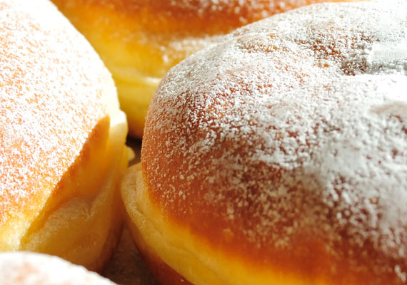 A karácsonyi és szilveszteri finomságokon túl a farsangi időszaknak is megvan a maga hagyományos édessége. A farsangi fánk olajossága és cukrossága miatt nehéz a gyomornak, és nagyon hizlal.