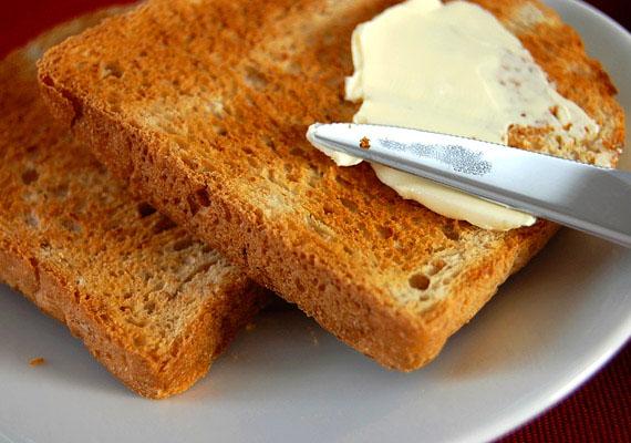 Szendvics készítésekor az ember bele sem gondol, mit ken a kenyérre, pedig a margarinosdobozon olvasható összetevők - például hidrogénezett növényi zsír - nem hangoznak biztatóan. Ne dőlj be a reklámoknak, a margarin egészségtelen.