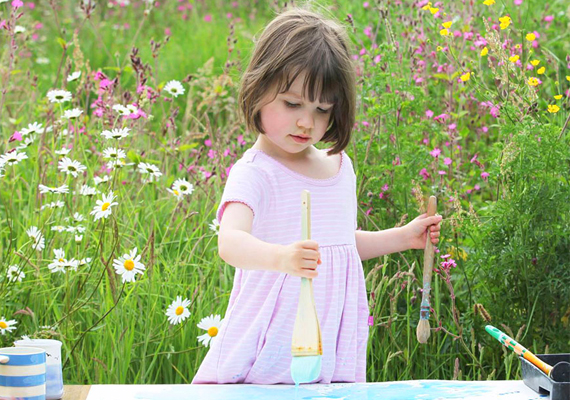 Szülei észrevették, hogy a kislány hangulati ingadozásaira nagyon jó hatással van, ha fest, és a lenyűgöző képek - mint a terápia gyümölcsei - nagy büszkeséggel töltik el őket.
