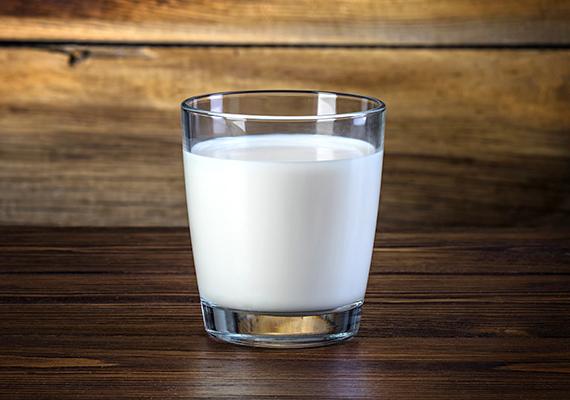 A tej fontos kalciumforrás, ez tény. Ugyanakkor B5-vitamin a fehér italban is bőven található, tehát ha a kicsi a tojást annyira nem kedveli, érdemes a tejadagját növelni picit.