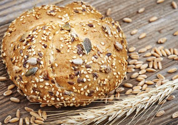 A teljes kiőrlésű gabonafélék rengeteg B1-vitamint - tiamint - tartalmaznak, fehér kenyér helyett érdemes ezt adni a gyerkőcnek, már csak az emésztőrendszer egészségének fenntartása miatt is.