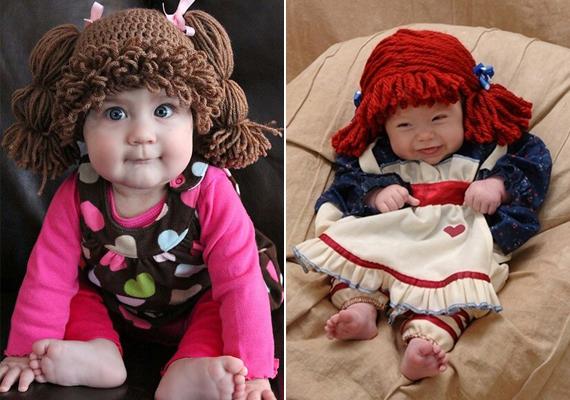 Két édes kis játék babának öltözetett baba.