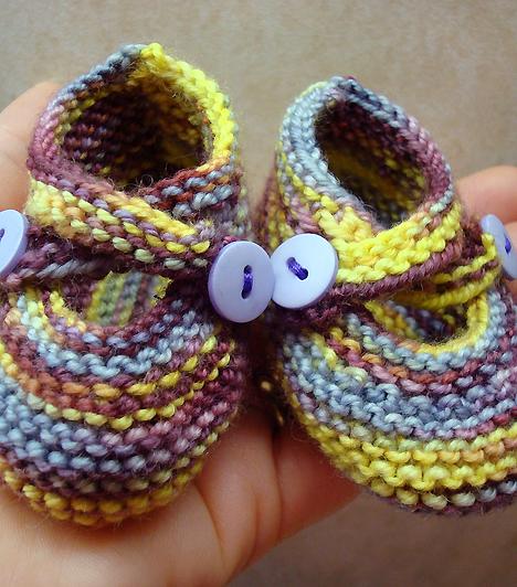 CipőMár pár hónapos babádra is érdemes cipőt adnod, hogy hűvösebb időben melegítse a lábát. Válassz minél puhább anyagból készült cipőcskét, de nem feltétlenül érdemes sokat költened rá, hiszen úgyis pillanatok alatt kinövi majd.