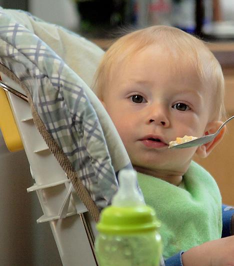 EtetőszékBár eleinte csak szopni fog a baba, az átállás során etetőszékre is szükséged lesz. Ha nem szeretnéd, hogy minden konyhai tárgy bébiételtől legyen maszatos, hasznos lesz a műanyag tálcácskával felszerelt kis ülőke.Kapcsolódó cikk:Miért nem eszik a gyerek? »