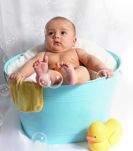 BabakádHa nem akarod, hogy a pancsolás öröm helyett veszélyes művelet legyen, ne a nagy kádban fürdesd a gyereket, hanem vásárolj a méretének megfelelő fürdetőkádat. A babakádak többsége követi a testformát, és úgy van kialakítva, hogy a csecsemő ne bukhasson a víz alá.