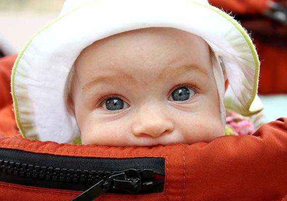 A babák nyári ruhatárának elengedhetetlen kelléke egy vászonból vagy vékony pamutból készült napkalap, ami védi a baba fejecskéjét a napsugaraktól.