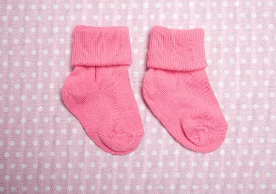 Nemcsak télen, ha nyár van, akkor is kell a kisbabára zoknit húzni. Fontos azonban, hogy a nyári zoknik vékonyak, légáteresztőek legyenek. Vegyél öt-hat pár cérnazoknit nyári újszülöttednek!