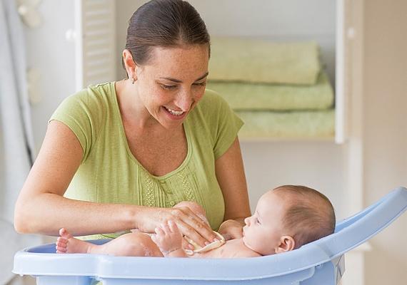 Kell egy babakád, amibe nem csúszik bele a gyerkőc, hogy a fürdetés is gyorsan menjen.