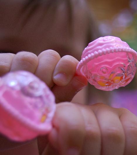 CsörgőA csörgő is a legfontosabb játékok közé tartozik, ami hatékony mozgásfejlesztő. Ügyelj rá, hogy az eszköz ne álljon túl apró darabokból, és kerüld az olyan játékokat, amelyeken zsinór van. Ezt ugyanis lenyelheti a pici, és megfulladhat tőle.