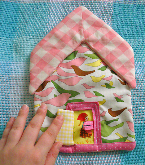 FejlesztőkA kiságy oldalára rögzíts különféle alakzatokat vagy játékos textil díszeket! Ezek segítségével a baba már korán elkezdi megtanulni, felismerni a formákat, és kézügyessége is fejlődik.