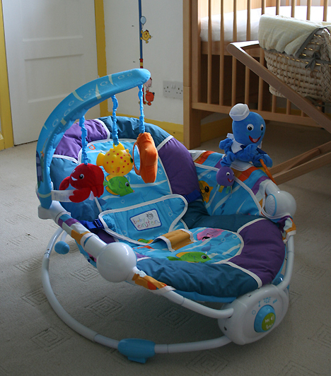Hordozható székA babaszobát szereld fel egy hordozható babaszékkel, hogy napközben a lakás más helyiségébe is magaddal vihesd a csöppséget! A legjobb választás egy olyan kisszék, amellyel mozdulatai hatására ringathatja magát, és színes figurákkal is játszhat.