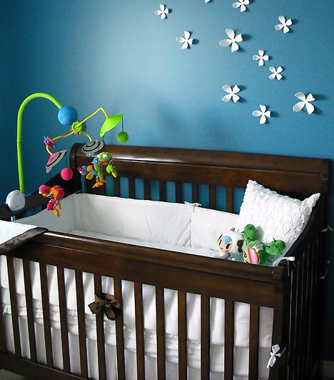 KiságyA legfontosabb bútordarab a tökéletes kiságy. Válassz olyat, ami elülső oldalán leereszthető ráccsal rendelkezik, így könnyebben hozzáférsz majd babádhoz. Ügyelj arra is, hogy a matrac kellőképpen kemény legyen, és az ágy ne legyen túl nagy a babához képest.Kapcsolódó cikk:A leggyakoribb csecsemőkori alvásproblémák »