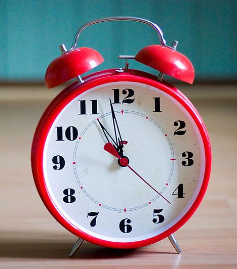 ÓraEgy világító számlapú órát is helyezz el a babaszobában, hogy ha éjjel fel kell kelned a picihez, mert sír, vagy szopni szeretne, anélkül tudd, mennyi az idő, hogy villanyt kellene gyújtanod.