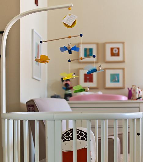 Csüngő játékokHa a kiságy fölé színes, csüngő játékokat függesztesz, a baba akkor is lefoglalja magát, amikor te éppen nem érsz rá. Ezek lehetnek első fejlesztő játékai, amelyek felé kis kezecskéjét nyújtogatja.Kapcsolódó cikk:Szuper tippek a babaszobába - Csináld magad! »